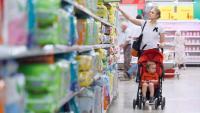 Une jeune mère fait les courses avec son enfant.
