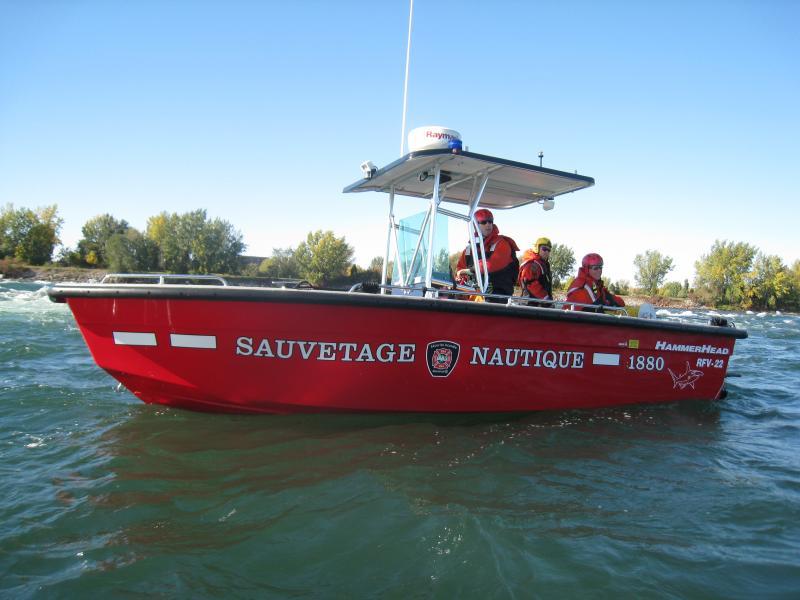 Un bateau à moteur.