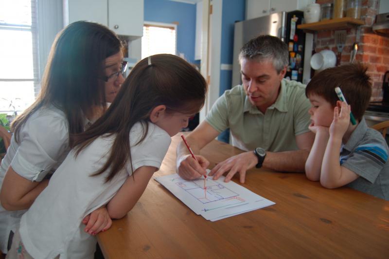 Chacun des membres d'une famille participe à l'élaboration du plan d'évacuation.