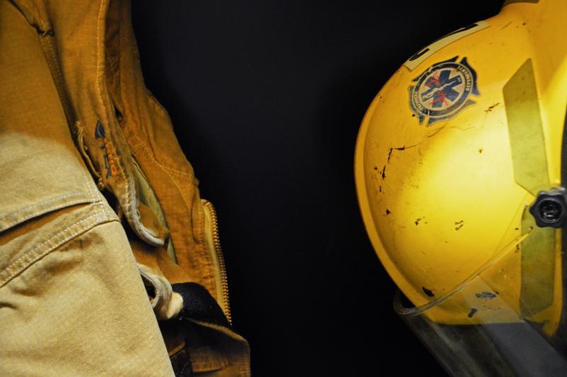 Un habit et casque de pompier.