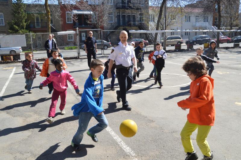 Pompiers et enfants jouant au soccer
