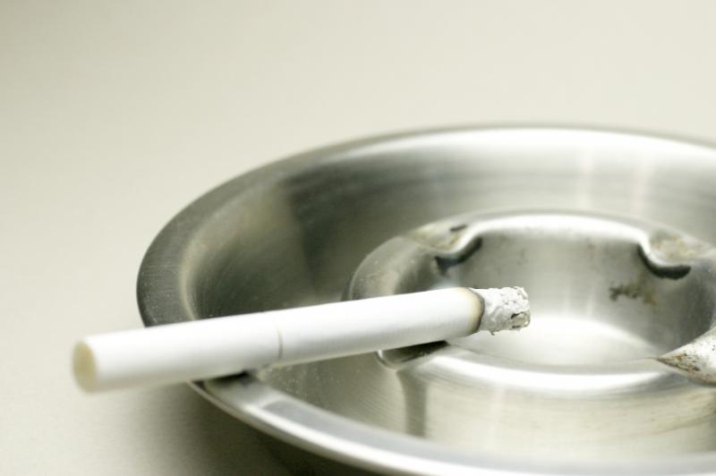 Une cigarette dans un cendrier.