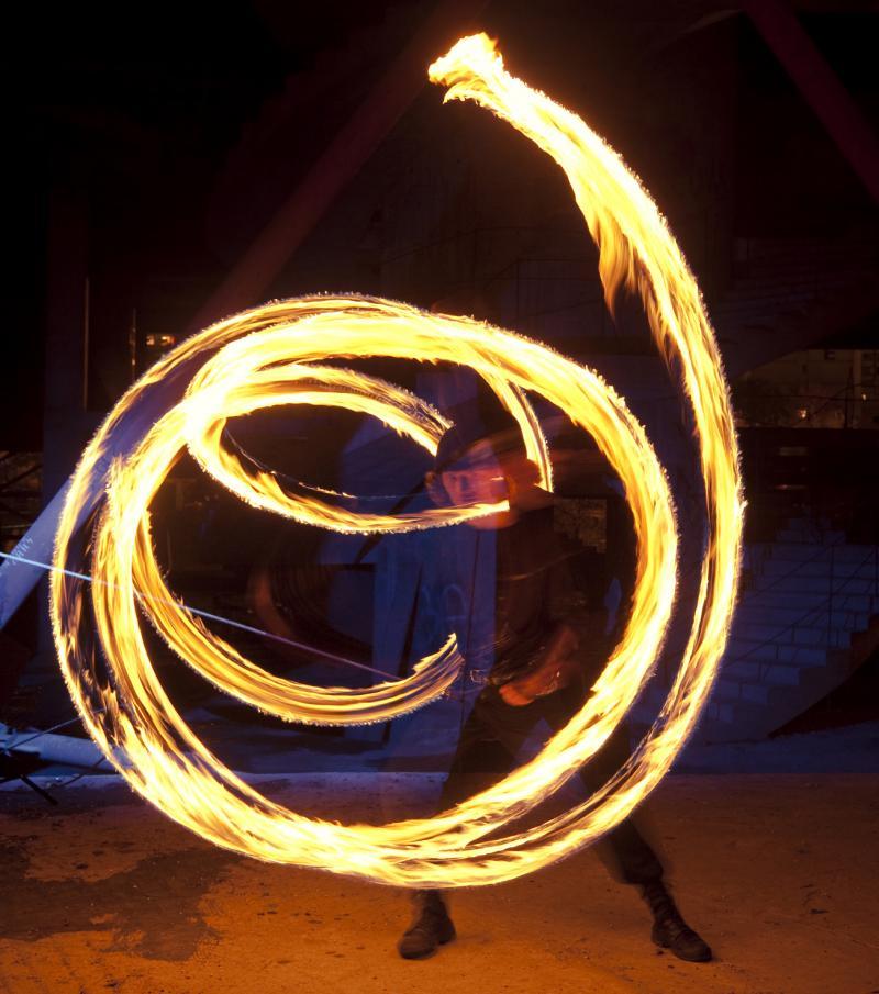 Un artiste de feu en mouvement.