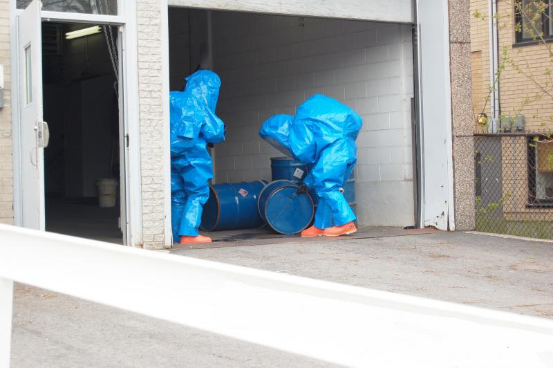 Two firefighters during a simulation of a dangerous materials intervention.