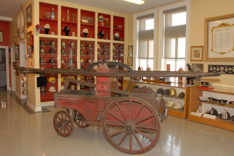 Une pompe à incendies datant de 1856 au Musée des pompiers de Montréal.