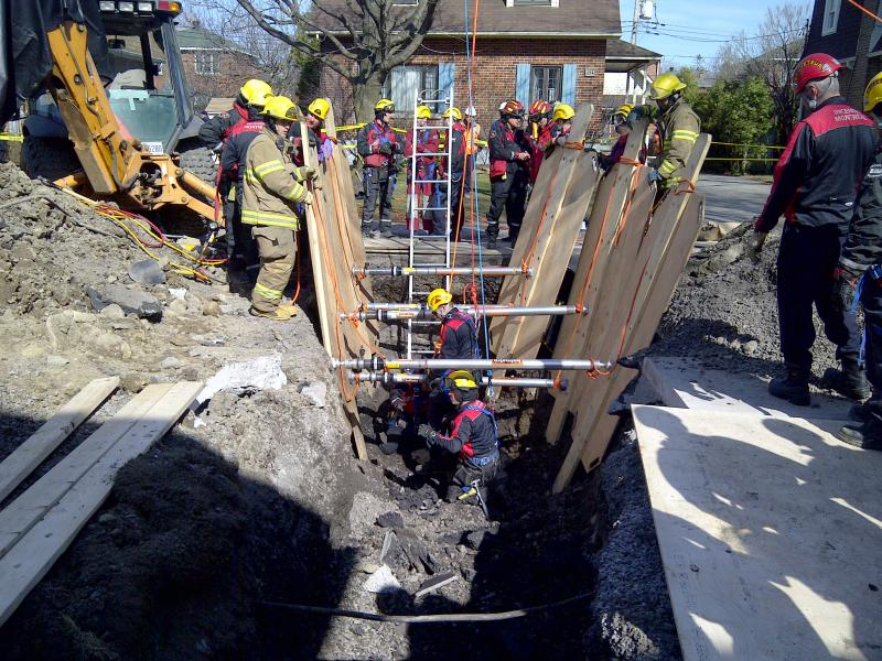 L'équipe spécialisée lors d'un sauvetage technique en tranchée, suite à un éboulement de terre.