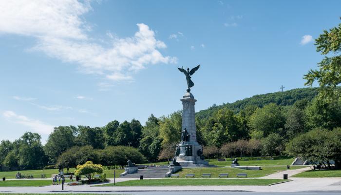 """George William Hill, """"Monument à sir George-Étienne Cartier"""", 1919. La montagne, masse de roc et de verdure, sert d'ancrage au parc du Mont-Royal. Photographie."""