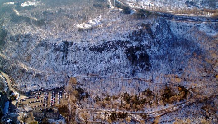 L'hiver accentue le contraste de la paroi de l'escarpement et sa présence dans le paysage.