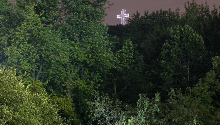 Vue nocturne de la croix du mont Royal.