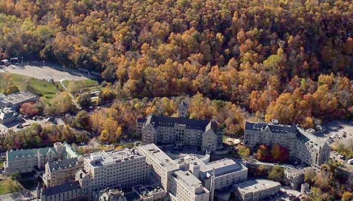Vue aérienne des pavillons Ross Memorial et Montreal Maternity de l'Hôpital Royal Victoria.