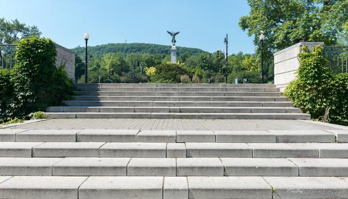 """George William Hill, """"Monument à sir George-Étienne Cartier"""", 1919. Le monument est situé au point le plus haut de l'avenue du Parc et dans la perspective de la rue Rachel, selon une des mises en scène les plus réussies de la montagne."""