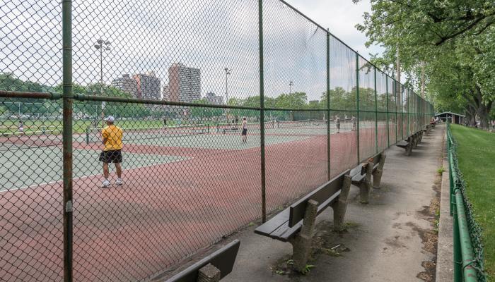 Cours de tennis du parc Jeanne Mance. Le parc Jeanne-Mance, occupé par plusieurs terrains sportifs, représente le plus grand espace plat de la montagne.