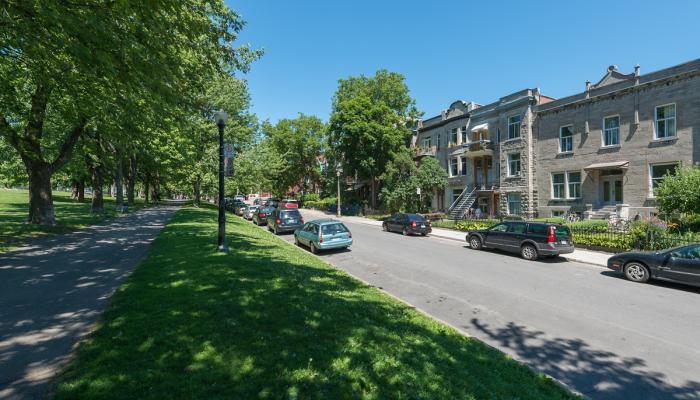 Vue sur la rue de l'Esplanade. Côté est, la frange bâtie résidentielle du Plateau se caractérise par des alignements continus et des hauteurs relativement homogènes de deux à quatre étages.