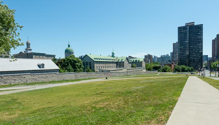 Parc Jeanne Mance. Toujours du côté est, la propriété des Religieuses Hospitalières de Saint-Joseph et de l'Hôtel-Dieu est ceinturée d'un mur de pierre et surmontée d'un dôme repère.