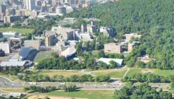 Vue aérienne. Côté ouest, l'espace est délimité par les installations de l'Université McGill et par le Central d'alarme du Service d'incendie, avec son imposant basilaire.