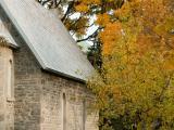 La chapelle prend place au bout d'un sentier symbolisant le pèlerinage vers un lieu sacré. Photographie.