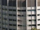 Avec ses 16 étages, le pavillon McIntyre des sciences médicales et bibliothèque Osler s'intègre dans son environnement où l'on retrouve plusieurs bâtiments construits en hauteur.  Photographie