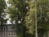 La résidence Douglas vu à partir du terrain sportif situé à proximité. Photographie.
