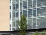 Élévations latérale gauche et principale du pavillon Marcelle-Coutu. Ce pavillon est prend place dans un ensemble construit comprenant le pavillon Jean-Coutu et, au centre, l'agora Morrice et Rosalind Goodman. Photographie.