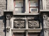 Les initiales entrelacées des deux fondateurs de l'Hôpital Royal Victoria, George Stephen et Donald Smith, sont gravées dans le calcaire, au-dessus de l'entrée principale de l'hôpital.
