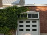 L'entrepôt à charbon présente des éléments architecturaux liés à ses fonctions, comme de larges portes nécessaires aux manœuvres. Photographie.
