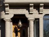 Façade principale de texture particulière grâce au crépi appliqué sur de la pierre artificielle.