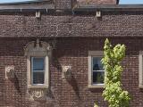 Paradoxe de la composition de la façade sur Milton de la maison Arthur-Kivell-Fisk, alors que l'entrée principale monumentale contraste avec l'irrégularité de la disposition des ouvertures et de la ligne de toit.