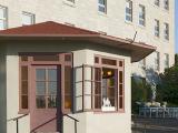 De forme octogonal, le kiosque d'accueil estival est accessible par deux portes. Photographie.