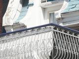 Le pignon qui perce la fausse mansarde donne accès au balcon, qui s'appuie sur des consoles finement travaillées et qui forme le portail d'entrée du 3887-3889, rue Saint-Urbain.