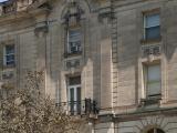 Façades principale et latérale droite de la maison John Kenneth Leveson. À l'instar de la façade principale, les façades latérales de la maison sont revêtues de pierre. Photographie.