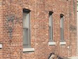 Une passerelle a été aménagée sur la façade latérale droite afin de permettre une circulation intérieur entre les appartements Travancore et l'Hôpital général de Montréal. Photographie.