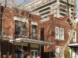 Le 4923-4925, rue du Piedmont, dans son environnement dominé par les appartements Rockhill en arrière-plan.