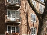 Les balcons curvilignes disposés aux angles tronqués du volume du 3295, avenue Ridgewood, adoucissent la linéarité des façades.