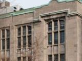 Le pavillon Strathcona d'anatomie et de médecine dentaire à l'angle de la rue University et de l'avenue des Pins Ouest (vis-à-vis de l'Hôpital Royal Victoria). Il porte le nom du mécène Donald Smith.