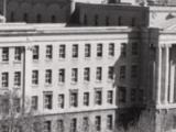 Le Collège Jean-de-Brébeuf est situé non loin de l'Oratoire Saint-Joseph.