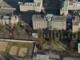 Sur cette vue aérienne de l'Hôtel-Dieu de Montréal, les bâtiments originaux de 1861 figurent à droite, en forme de E, et les nouveaux édifices de la phase d'expansion sont à gauche de ceux-ci.