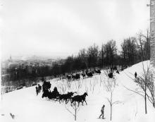 """""""Balade en tandem dans le parc du Mont-Royal, Montréal, QC, vers 1890"""". Le parc du Mont-Royal, inauguré en 1876, attire les visiteurs par la variété de ses points de vue et la diversité des activités qu'on y pratique en toutes saisons. Photographie."""
