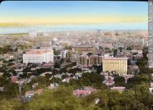 """""""Vue depuis le mont Royal, Montréal, QC, vers 1923"""". La ville resserre son empreinte autour de la montagne, un lieu fréquenté et convoité. Photographie."""