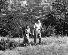Images de publicité touristique, vers 1960. La montagne offre quiétude, panoramas et activités récréatives qui attirent les foules, et ce, dans une ville qui se densifie sur ses flancs.