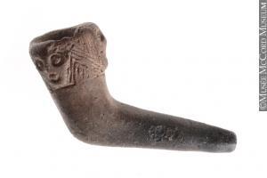 Pipe en argile, Iroquoiens du Saint-Laurent, 15e ou 16e siècle. Quelques traces matérielles subsistent de la présence des Amérindiens sur la montagne à l'époque préhistorique.
