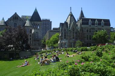 Étudiants sur le campus de l'Université McGill. Photographie.