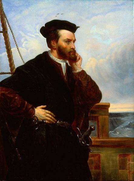 Portrait de profil de Jacques Cartier, où on le voit accoudé sur le pont d'un navire.
