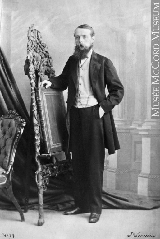 Portrait en pied de George Stephen, main gauche dans la poche latérale de son pantalon et appuyant son bras droit sur un chevalet ornementé.