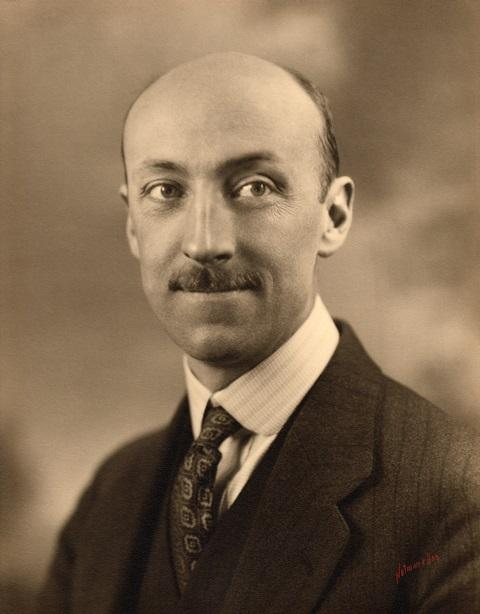Portrait en buste de James McDougall.