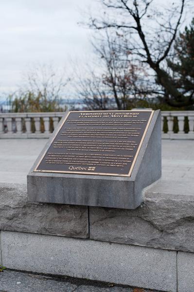 """Plaque """"Arrondissement historique et naturel du Mont-Royal"""", 2009."""