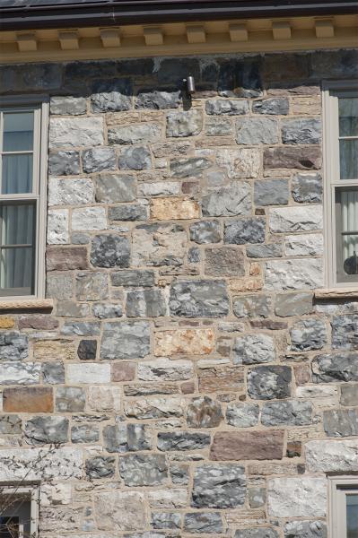 Appareil irrégulier de la maçonnerie de la maison William H. Chase.