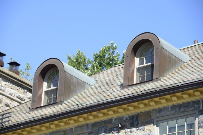 Lucarnes à toit arrondi et corniche à modillons de la maison William H. Chase.