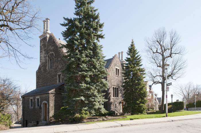 Façades principale et latérale gauche de la maison Ross Huntington McMaster, où la double cheminée est décentrée par rapport au pignon.