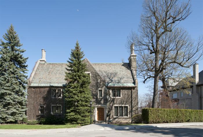 La maison Ross Huntington McMaster située sur un terrain en forte pente du versant sud du mont Royal bénéficie d'un panorama exceptionnel sur le centre-ville.
