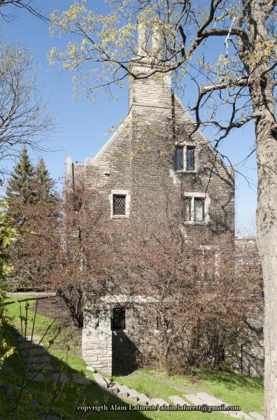 Façade latérale droite de la maison Ross Huntington McMaster montrant la disposition irrégulière des ouvertures et celle décentrée de la cheminée.